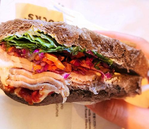 スターバックス「ローストポーク&クリームチーズサンドイッチ」かぶりついた様子