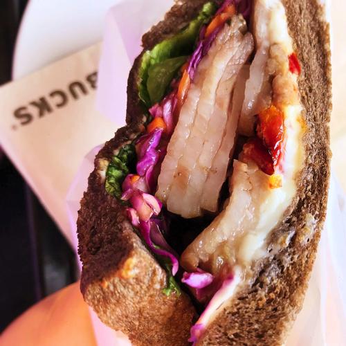 スタバ「ローストポーク&クリームチーズサンドイッチ」溶けたポークの脂身