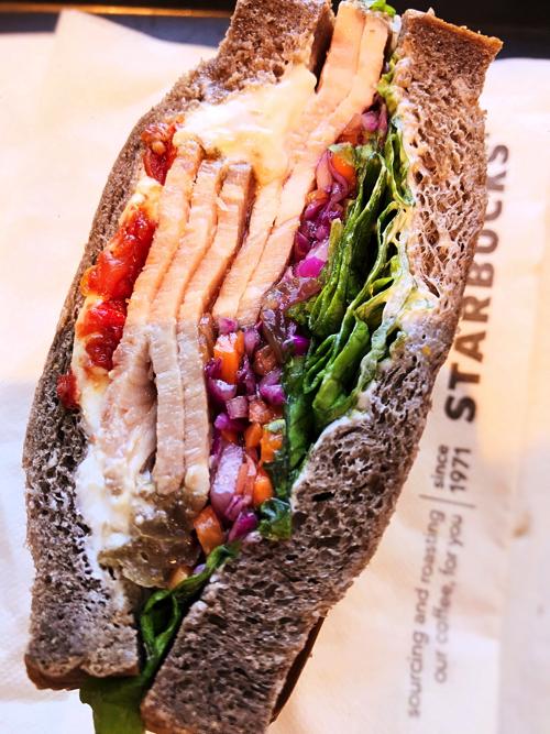 スターバックス『ローストポーク&クリームチーズサンドイッチ」は満足度高し。