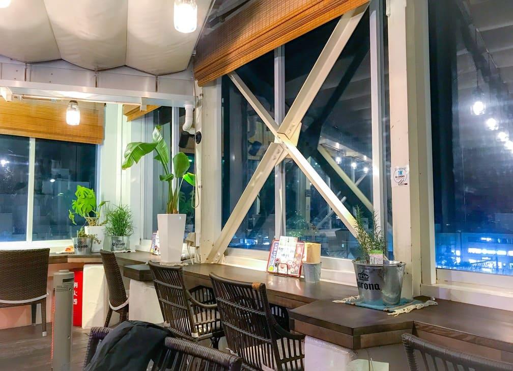 ルーフトップスのテラス席から鎌倉で一番高いお店から、鎌倉らしい控え目な夜景が見えます