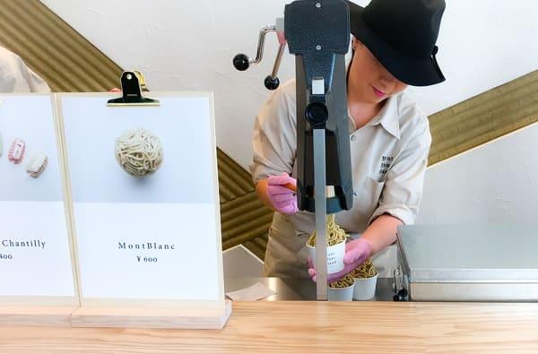 鎌倉 モンブランスタンド その場で絞られるモンブランクリームの様子 写真 口コミ レビュー ブログ