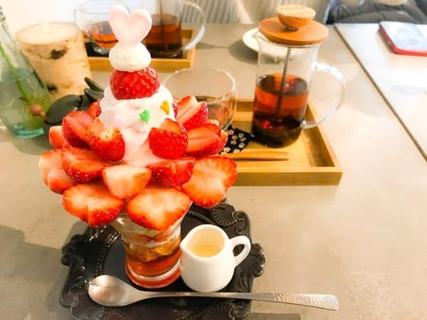 鎌倉カフェ 茶屋ひなた とちおとめ&練乳いちごソフトクリームのパフェとドリンクセットの紅茶