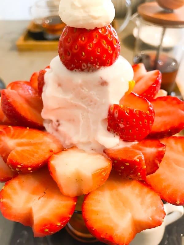 鎌倉カフェ 茶屋ひなた 練乳いちごソフトクリームのパフェ 写真 ブログ