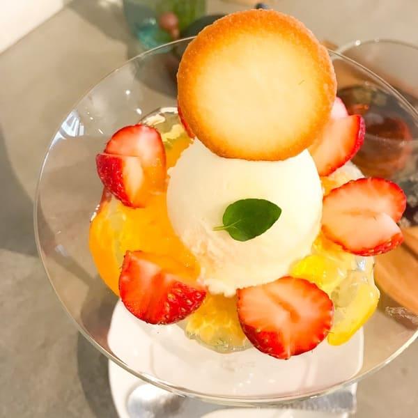 鎌倉カフェ「茶屋ひなた」バニラアイスといちごのサンデー 上からの写真 ブログ