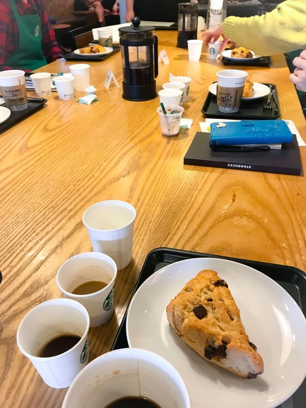 スターバックス コーヒーセミナー「おいしいいれ方編」スコーンとコーヒーを楽しむ様子