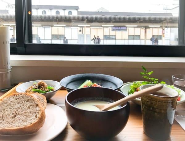 鎌倉ランチはホームを眺めながら、ゆっくりいただきたい「ちゃんとしたご飯」のサハンで